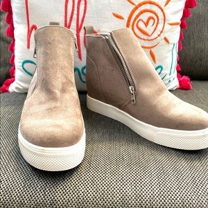 Woman suede ankle boots